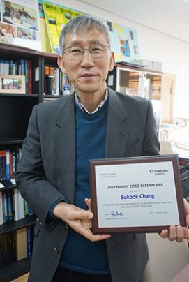 Sukbok Chang is listed as top highly cited scientists in the world by Clarivate Analytics. 사진